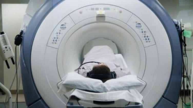 Un patient passant une IRM. (Frédéric Cirou / AltoPress / PhotoAlto)
