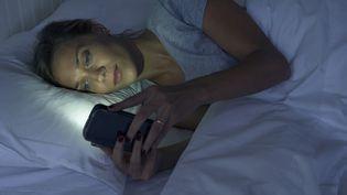 (La moitié des Français n'éteignent pas leur smartphone ou portable la nuit © MaxPPP)