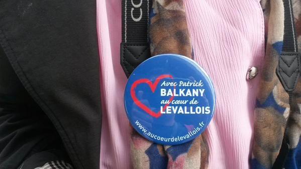Une Levalloisienne arbore un badge de soutien à Patrick Balkany, mardi 9 juin 2015, devant le siège de France Télévisions, à Paris. (F. MAGNENOU / FRANCETV INFO)