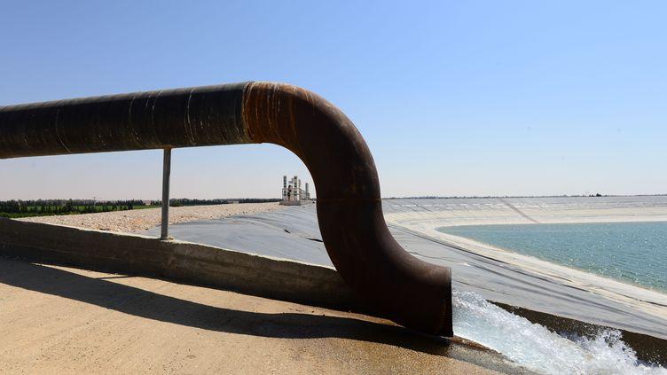 De l'eautraitée est versée dans un réservoir de la ville de Besor, dans le désert du Néguev, le 26 juin 2013. (YIN DONGXUN / XINHUA / MAXPPP)