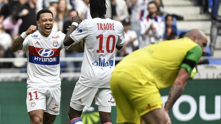 Batrand Traoré et Memphis Depay savourent le 2e but lyonnais  (JEFF PACHOUD / AFP)