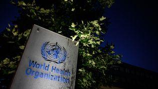 Le logo de l'Organisation mondiale de la santé devant son siège à Genève (Suisse), le 29 mai 2020. (FABRICE COFFRINI / AFP)