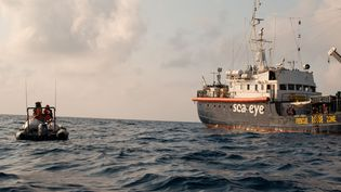 "Le ""Alan Kurdi"", navire de l'ONG Sea-Eye, lors d'une mission en mer Méditerranée. (JORIS GRAHL / SEA-EYE)"