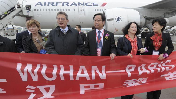 Le PDG d'Air France, Jean-Cyril Spinetta (deuxième à gauche) et l'Ambassadrice de la France en Chine, Sylvie Bermann (deuxième à droite), le 12 avril 2012 pour l'inauguration de la liaisonWuhan-Paris d'Air France. (GOH CHAI HIN / AFP)