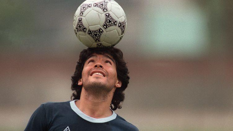 La star argentine du football Diego Maradona lors d'une séance d'entraînement de la sélection nationale à Mexico, le 22 mai 1986. (JORGE DURAN / AFP)