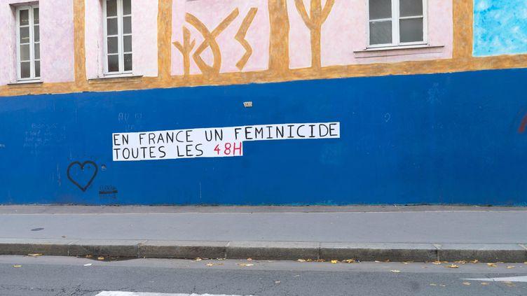 Une affiche contre les féminicides à Paris, le 10 octobre 2019 (photo d'illustration). (BRUNO LEVESQUE / MAXPPP)