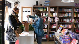 """Illustration d'une librairie qui fait du """"click and collect"""". (JOSSELIN CLAIR / MAXPPP)"""