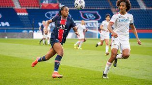 Marie Antoinette Katoto (Paris Saint-Germain) et Wendie Renard (Olympique lyonnais), lors du quart de finale de Ligue des champions féminine, le 24 mars 2021. (DPPI via AFP)