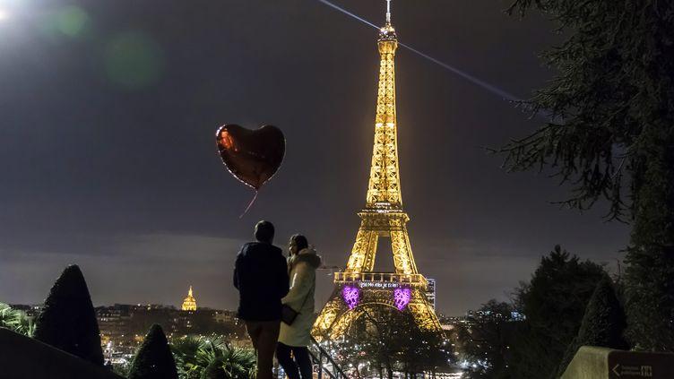Un couple lors de la Saint-Valentin à Paris ( 14 Février 2020). (VINCENT ISORE / MAXPPP)