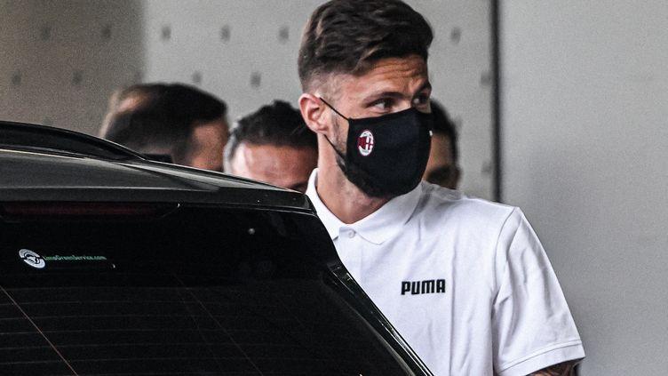 Le Français Olivier Giroud à son arrivée à Milan, jeudi 15 juillet 2021. (PIERO CRUCIATTI / AFP)