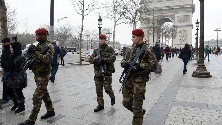 Des soldats français patrouillent sur l'avenue des Champs-Elysées, à Paris, le 12 février 2013. (BERTRAND GUAY / AFP)