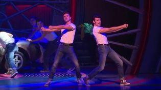 """La nouvelle version de """"Grease"""" popularisée par Oliva Newton-John et John Travolta est à l'affiche depuis hier, jeudi 28 septembre, au théâtre Mogador. (France 3)"""