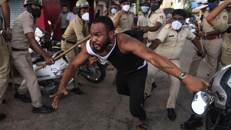 La police indienne réprime une manifestation après la mort en garde à vue d'un ressortissant congolais. Bangalore, le 2 août 2021. (- / AFP)