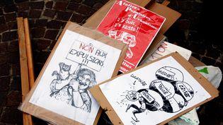 Des pancartes contre la fin de la trêve hivernale à Lille (Nord), le 29mars 2015. (MAXPPP)