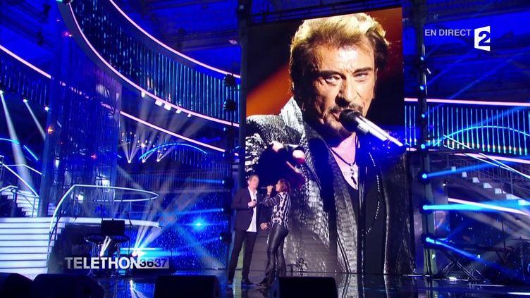 """Zazie et Garou chantent """"Je te promets"""" en ouverture de la 31e édition du Téléthon, sur France 2, le 8 décembre 2017. (FRANCE 2)"""