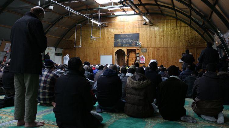 Des musulmans prient à la mosquée Adda'wa, dans le 19e arrondissement de Paris, le 9 janvier 2015. (BENOIT ZAGDOUN / FRANCETV INFO)