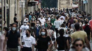 Des riverains masqués dans une rue commerçante de Bordeaux (Gironde), le 5 septembre 2020. (PHILIPPE LOPEZ / AFP)