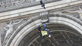 Des militants de Greenpeace se sont suspendus à l'Arc de Triomphe vendredi 11 décembre 2015. (MAXPPP)