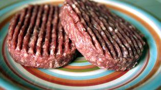 Des steaks hachés Cora et Thiriet et des burgers Auchan retirés à cause d'une bactérie, lundi 10 octobre 2016. (MAXPPP)
