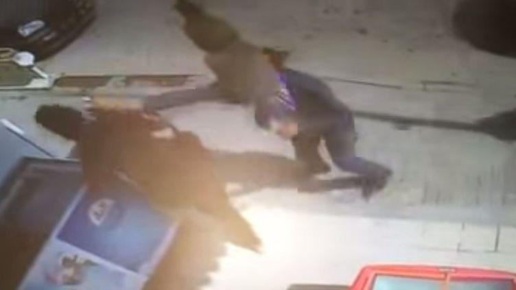 Capture d'écran d'une vidéo, mise en ligne le 25 juin 2015 par le site tunisien Businessnews: une jeune femme, apparemment la serveuse d'uin café, est agressée par un policier à Monastir. Le café ne fermerait pas ses portes pendant la période du jeûne du ramadan.  (DR (capture d'écran d'une vidéo mise en ligne par le site tunisien Businessnews))