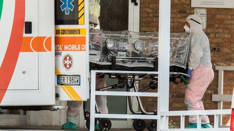 Une ambulance devant l'hôpital de Cotugno, à Napes, en Italie, le 20 mars 2020. (PAOLO MANZO / NURPHOTO)