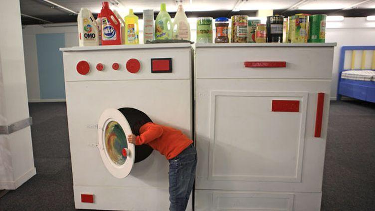 (Les dangers de la lessive liquide expliqués lors d'une exposition © Maxppp)