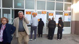 """Devant un bureau de vote dans le centre deSkopje, le jour du référendum, dimanche 30 septembre.Les Macédoniens sont appelés à répondre à cette question: """"Etes-vous pour l'adhésion à l'UE et à l'OTAN, en acceptant l'accord entre la République de Macédoine et la République deGrèce"""".Le changement de nom, douloureux pour beaucoup de Macédoniens, ne figure pas explicitement sur le bulletin du référendum. (MARIE-PIERRE VEROT / RADIO FRANCE)"""