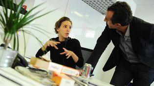 """La journaliste Nadia Daam, au sein de la rédaction de l'émission """"28 minutes"""" d'Arte, le 15 octobre 2012. (GHNASSIA ANTHONY / SIPA)"""