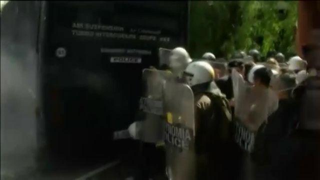 Grèce : les retraités affrontent la police anti-émeute lors d'une manifestation