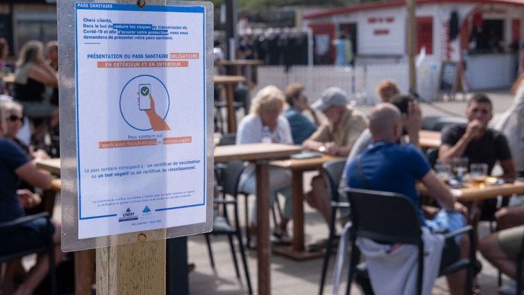 La terrasse d'un restaurant appliquant le pass sanitaire, le 16 août 2021 à Anglet (Pyrénées-Atlantiques). (VALENTINO BELLONI / HANS LUCAS / AFP)