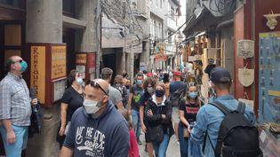 Les touristes au Mont-Saint-Michel (Normandie) sont masqués, le 25 juillet 2020. (LUCIE THUILLET / RADIOFRANCE)