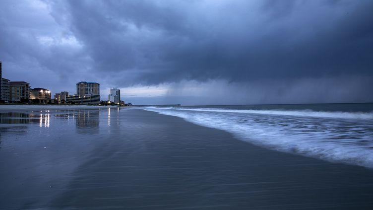 La pluie tombe à l'arrivée de l'ouragan Florence à Myrtle Beach en Caroline du Nord, le 13 septembre 2018. (ALEX EDELMAN / AFP)