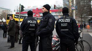 Des policiers sur le marché de Berlin où une attaque au camion-béliera fait 12 morts et une cinquantainede blessés, le 19 décembre 2016. (BERND VON JUTRCZENKA / DPA / AFP)