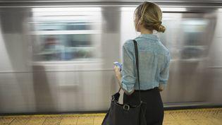 Photographie non datée d'une femme seule attendant le métro. Un plan de lutte contre le harcèlement dans les transports est présenté le 9 juillet 2015. (HELLO LOVELY / BLEND IMAGES / GETTY IMAGES)