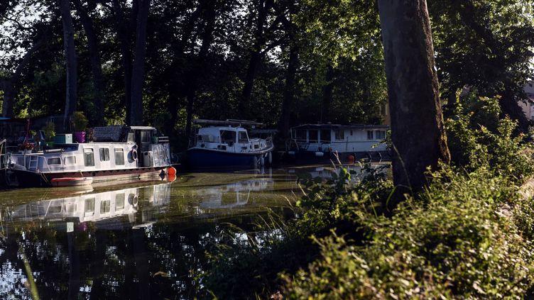 Des bateaux et des barges amarrés sur le canal du Midi à Mas-Saintes-Puelles (Aude), le 28 mai 2020 (photo d'illustration). (REMY GABALDA / AFP)