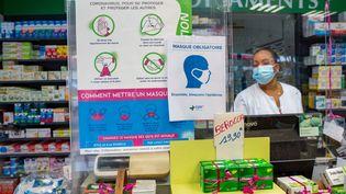 Une pharmacienne à Pointe-à-Pitre, en Guadeloupe, le 30 juillet 2021. (YANNICK MONDELO / AFP)
