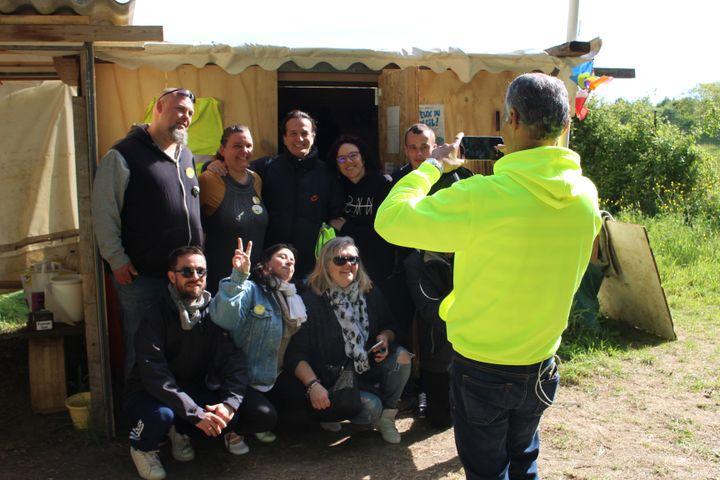 """Des """"gilets jaunes"""" avec Francis Lalanne, le 15 mai 2019 à Challans (Vendée). (ROBIN PRUDENT / FRANCEINFO)"""
