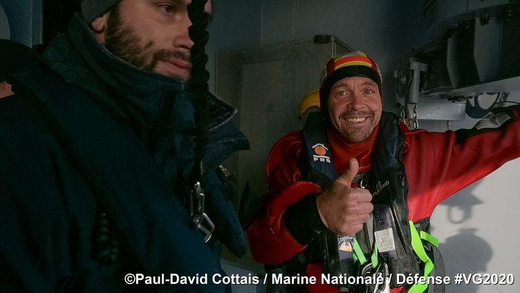 Equipé de sa combinaison de survie, le skipper a finalement rejoint à la nage un semi-rigide de la Marine avant d'embarquer à bord du Nivôse. (Paul-David Cottais / Marine nationale)