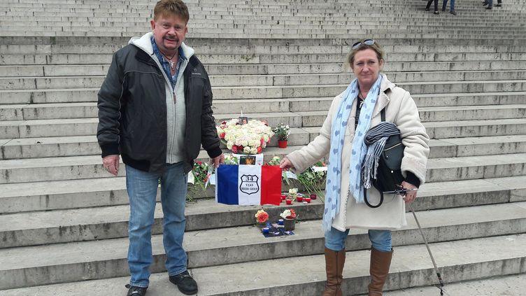 Rodgers et Pascale, le 9 janvier 2018, sur les marches de la Madeleine à Paris. Ce couple de fans de Johnny Hallyday est venu de Vias dans l'Hérault. (SANDRINE ETOA-ANDEGUE / RADIO FRANCE)