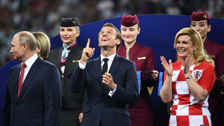 Emmanuel Macron (au c.) au coté du président russe Vladimir Poutine et la présidente russeKolinda Grabar-Kitarovic, le 15 juillet 2018, à Moscou. (FRANCK FIFE / AFP)