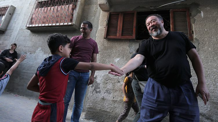 Ai Weiwei dans les rues de Jabaliya, camp de réfugiés dans le Nord de Gaza  (MOHAMMED SABER/EPA/MaxPPP)