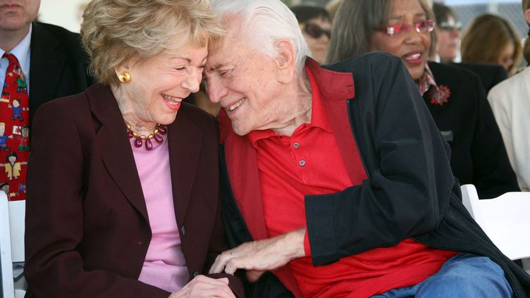 Anne et Kirk Douglas en 2008. (VALERIE MACON / AFP)
