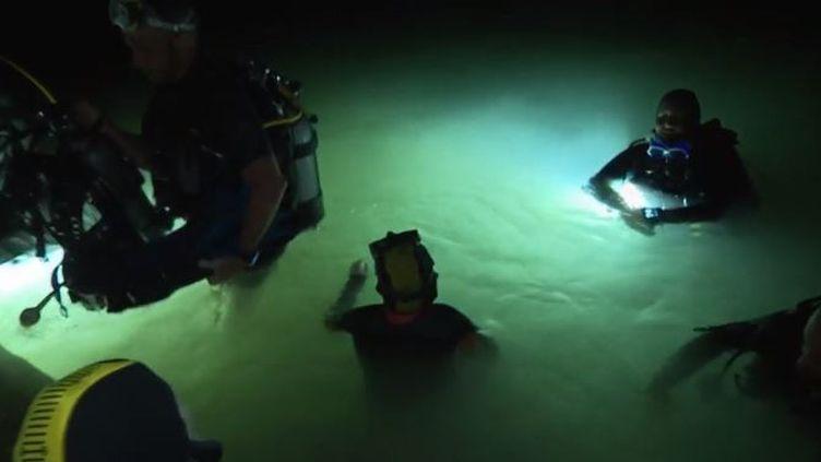 Une plongée de nuit dans le lac d'Annecy (Haute-Savoie), c'est l'expérience qu'on vécu hier soir huit enfants de la lune. Très sensibles à la lumière du soleil, ce bain nocturne est pour eux une plongée aux vertus antistress. (FRANCE 3)
