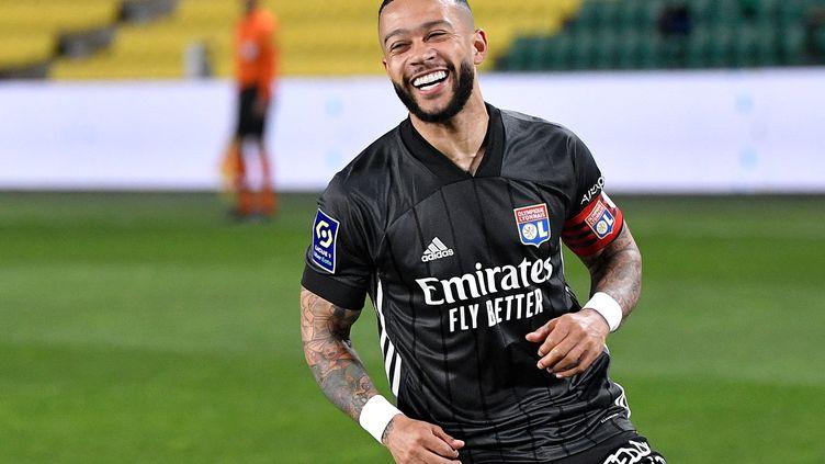Memphis Depay célèbre son 2e but avec l'OL face à Nantes, le 18 avril 2021 au stade de la Beaujoire (LOIC VENANCE / AFP)