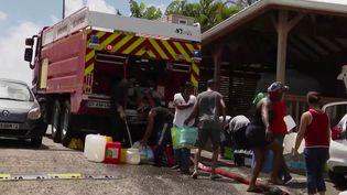 Le déconfinement a commencé en Martinique. Certains habitants ont beaucoup demal à adopter les bons comportements face au virus : ils n'ont pas d'eau courante dans des quartiers entiers, et ce depuis plus de dix jours. (France 2)