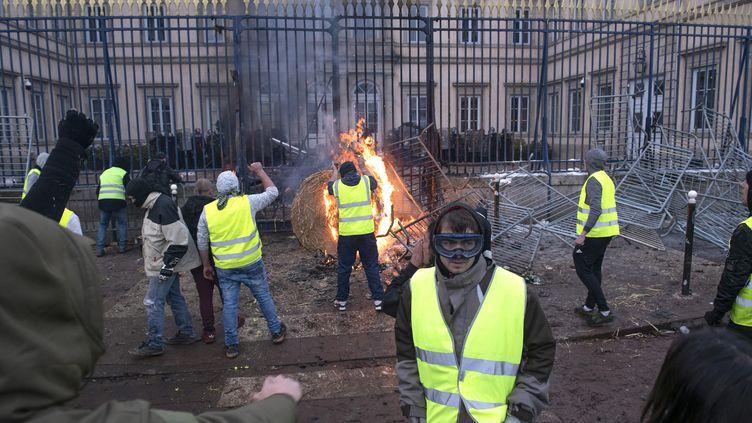"""La préfecture de Haute-Loire, au Puy-en-Velay, a été incendiée lors d'un rassemblement de """"gilets jaunes"""" qui a dégénéré, le 1er décembre 2018. (VINCENT JOLFRE / MAXPPP)"""