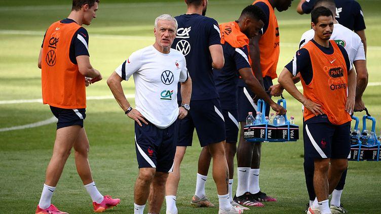 Didier Deschamps et les joueurs de l'équipe de France lors d'un entraînement au stade Nandor, le 24 juin à Budapest (FRANCK FIFE / AFP)