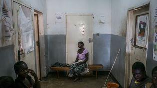 Dans un centre de consultation médicale àNsanje (sud du Malawi), le 11 novembre 2014. (MARCO LONGARI / AFP)