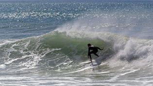 Un surfeur sur la côte basque. Photo d'illustration. (JEAN-MARC LALLEMAND / MAXPPP)