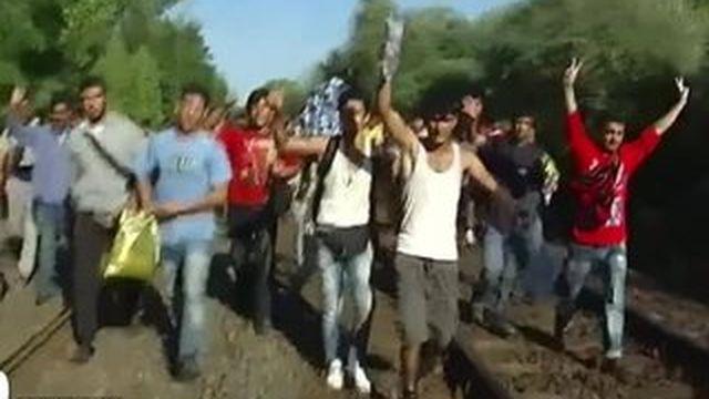 Les migrants quittent la Hongrie à pied